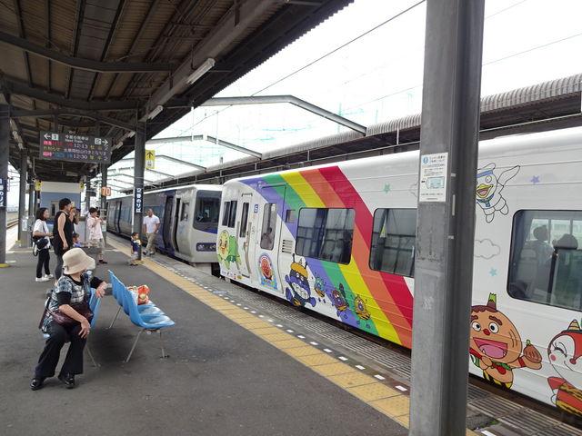 普通の特急とアンパンマン列車の連結シーン_JR宇多津駅
