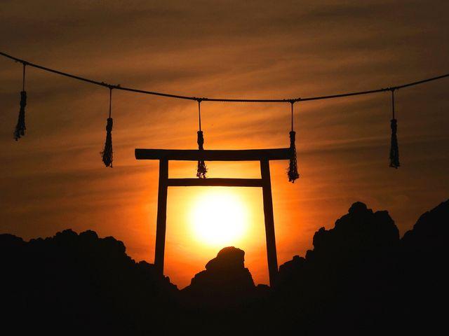 夕日が鳥居の中・・_暮坪の立岩