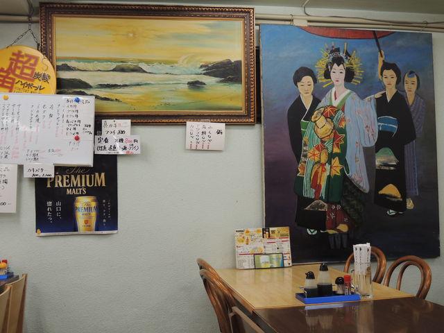 壁の絵もレトロ風_おかもと鮮魚店