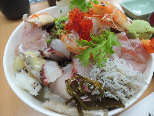 数えきれないほどの魚介が乗っかった海鮮丼_おかもと鮮魚店