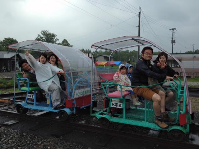雨天時にはフード付き車両が登場!_トロッコ王国美深