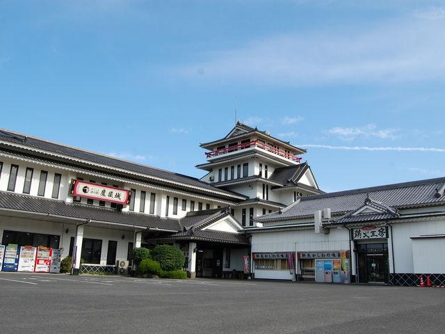 広大な敷地にそびえ建つお城の外観が目印_かごしま旅の駅 魔猿城