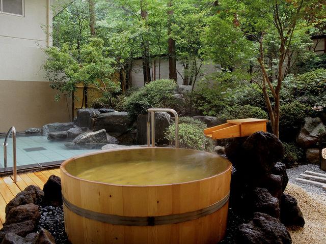 【岩船・露天風呂・樽風呂】源泉かけ流しの湯と四万の風を感じながらゆっくり温泉を堪能できる。四万温泉の湯は優しい湯で日帰り湯をご堪能ください。_四万グランドホテル