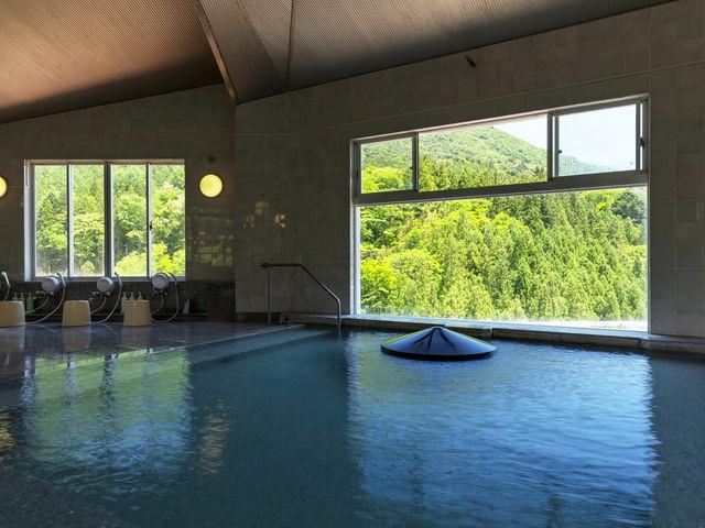 展望風呂【メルヘンの湯】四万を一望する景色とやさしい湯でのんびり温泉の時間を過ごす空間。最上階のEVがあくとそこはメルヘンのスペース_四万グランドホテル