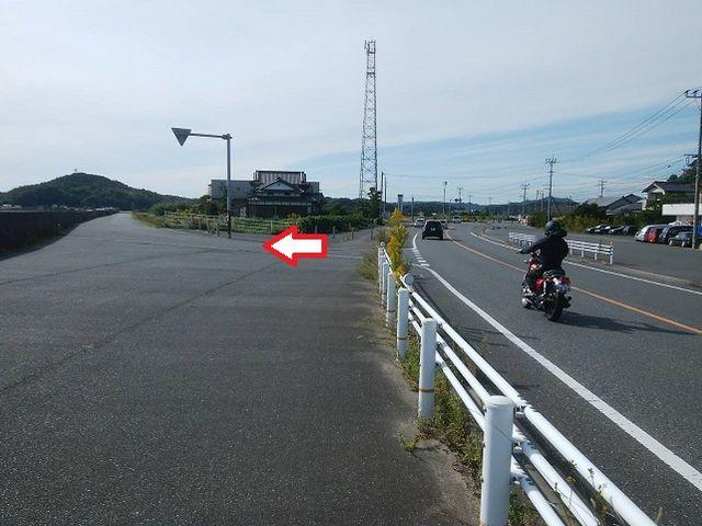 小富士の信号から約600m進み この道から左へ_糸島夢農園