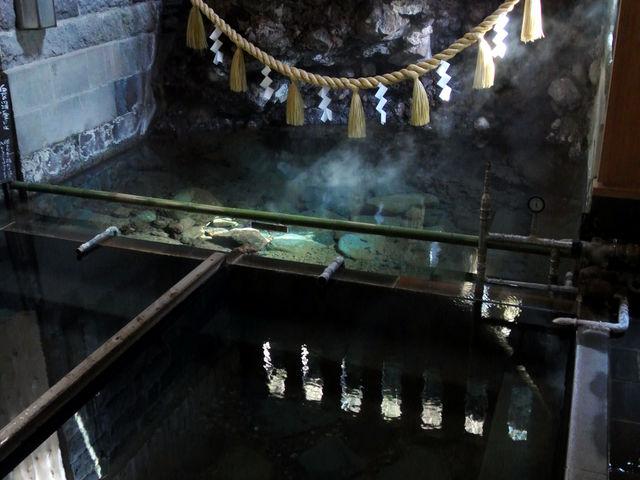 神々しささえ漂う風呂場 私達夫婦のみの利用だったので失礼して一枚。 奥の湯溜まりは入浴不可。_姥子温泉