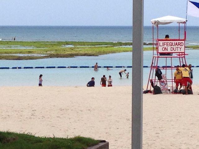 晴天の平日で人も疎らで最高なのに水位が低い_宜野湾トロピカルビーチ