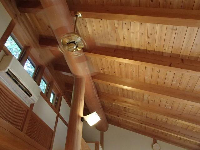 高い天井にはシーリングファンが回っています。_中津渓谷ゆの森