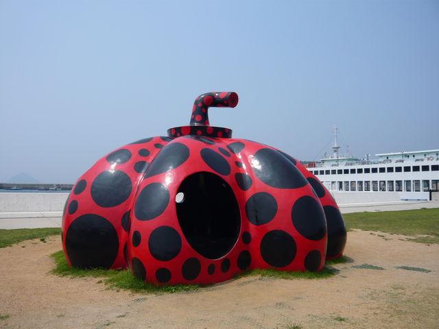 直島町は、香川県香川郡に属する町。瀬戸内海上に浮かぶ直島を中心とした直島諸島の島々で構成される。_直島諸島
