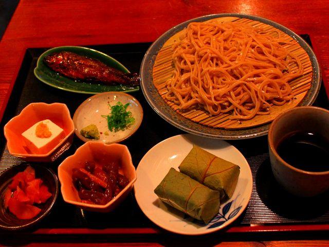 新そばは美味。川魚の甘露煮、柿の葉寿司、名水豆腐も付けて下さいました。_清九郎