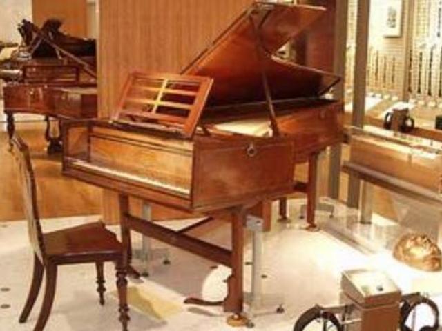 チェンバロ(ハープシコード)です。若き日のベートーンヴェンも これを頭に置いて作曲した。_浜松市楽器博物館