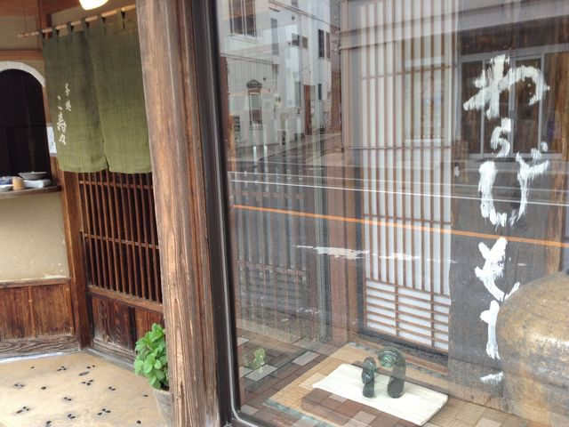 お店の前にはわらび餅のオブジェが_こ寿々本店