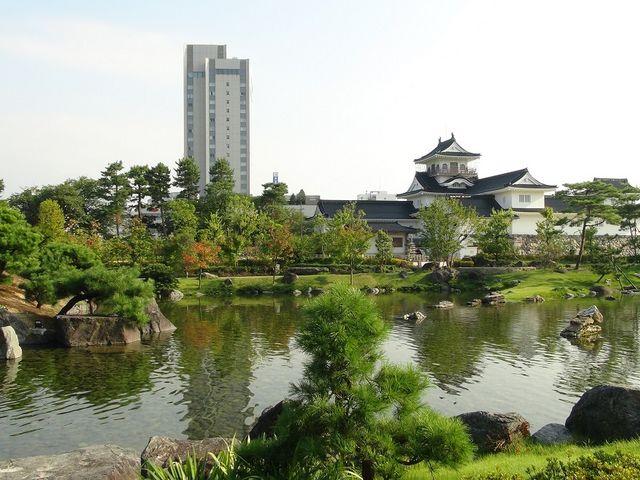 美しい庭園と富山城天守閣_富山城址公園