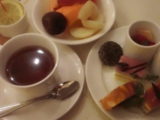 ディナービュッフェ 食後のコーヒー・ティーは店員さんにオーダー_神戸ベイシェラトンホテル&タワーズ テラスレストラン・ガーデンカフェ