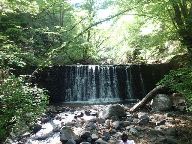 途中小さな滝があったり楽しめます_霧積温泉