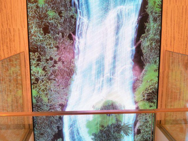 『リビングウォールアートの滝』。_GINZA SIX