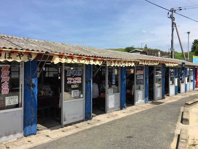 ずらりと並ぶさざえのつぼ焼き小屋_波戸岬サザエのつぼ焼き売店