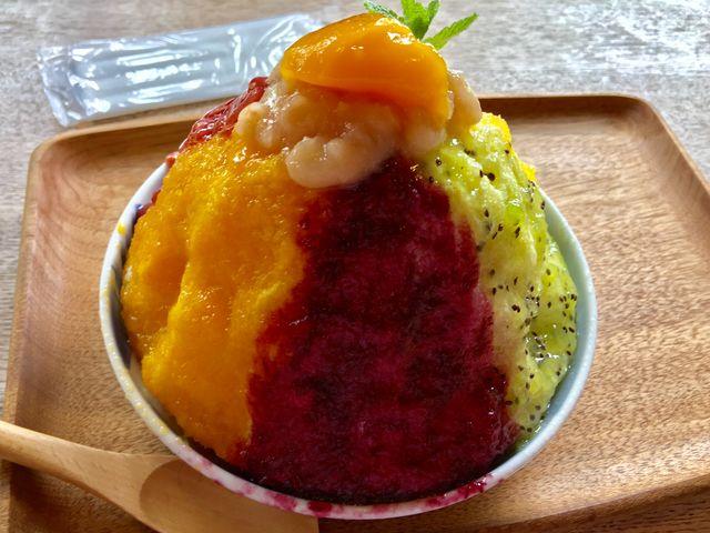 マンゴー、巨峰の5種類。フルーツソースはその日によって変わるそうです。_たまご色のケーキ屋さん