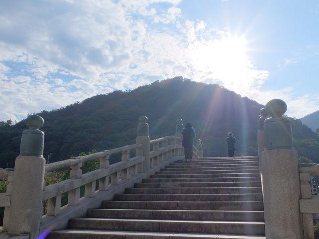 石橋の向こうには駐車場があります_総本山善通寺
