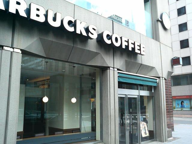 駅前通りを眺めながら座れるカウンター席もあります_スターバックス・コーヒー 札幌グランドホテル店