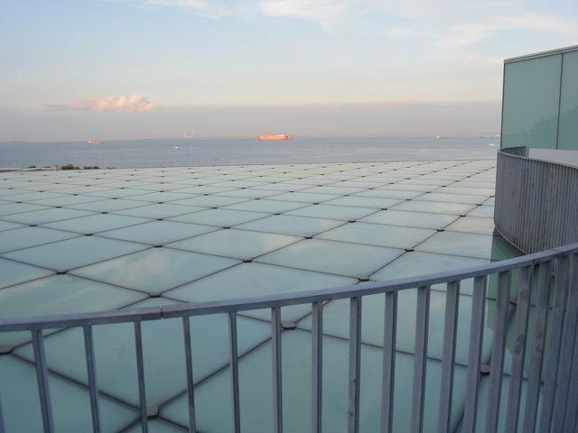 屋上からコンテナ船が見えました_横須賀美術館