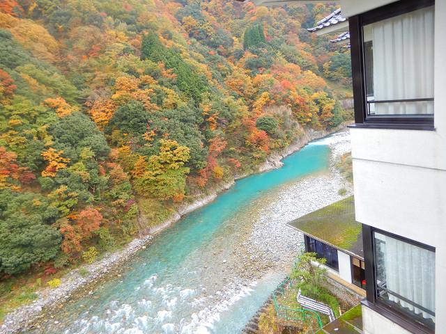 ホテルから黒部川と紅葉_宇奈月温泉