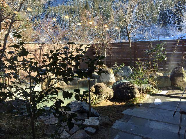 大浴場の露天風呂。風情ある岩風呂と雪のコラボレーションは情緒たっぷり。_湯元すぎ嶋