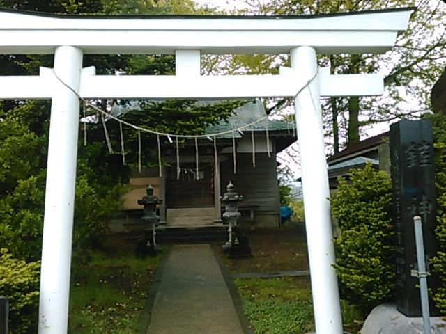 白い鳥居は珍しいです。_鎧神社