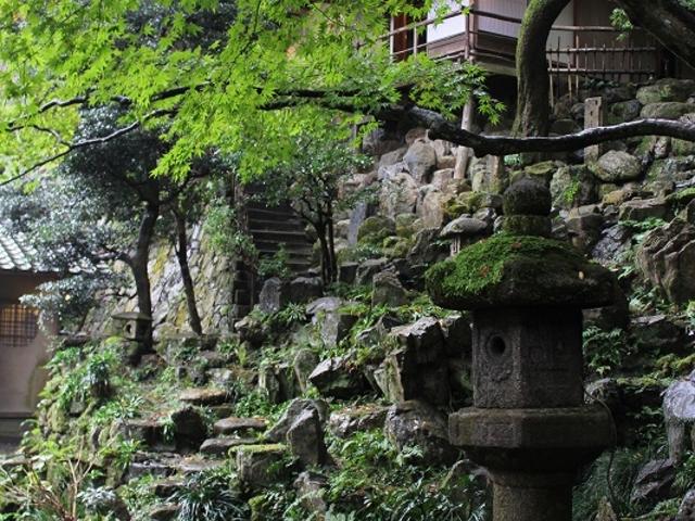 斜面が巧みに利用されている。_月心寺