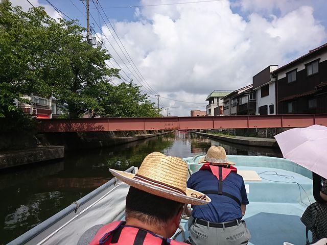 堀から遊覧船が出発しました。_加茂川・中海遊覧船