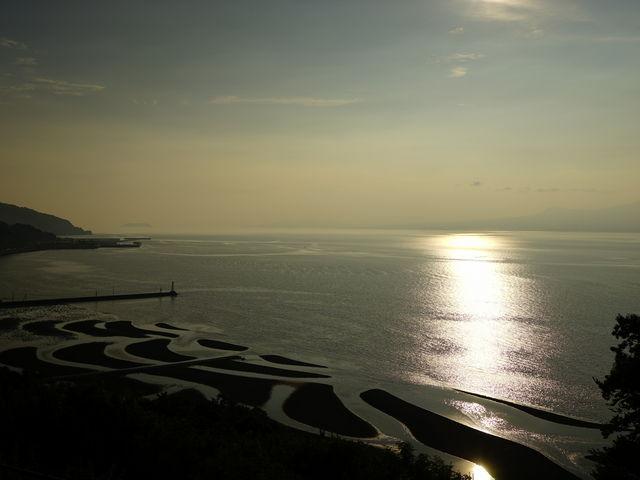 干潟が見えたまま日が沈めば良かったのですが、干潟は海に飲み込まれていってしまいました。_御輿来海岸