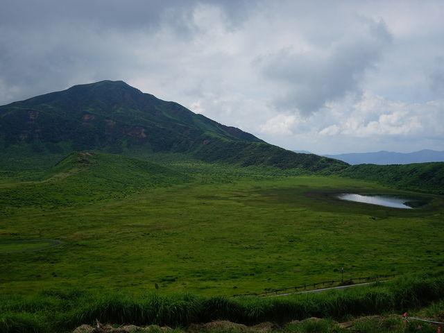烏帽子岳と草千里ケ浜の草原です。 8月中旬だったこともあり、美しい草原が広がっていました。_草千里展望所