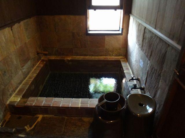 部屋の内湯です。_平山温泉