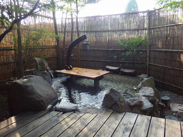 露天風呂にはなぜか机が…。_平山温泉