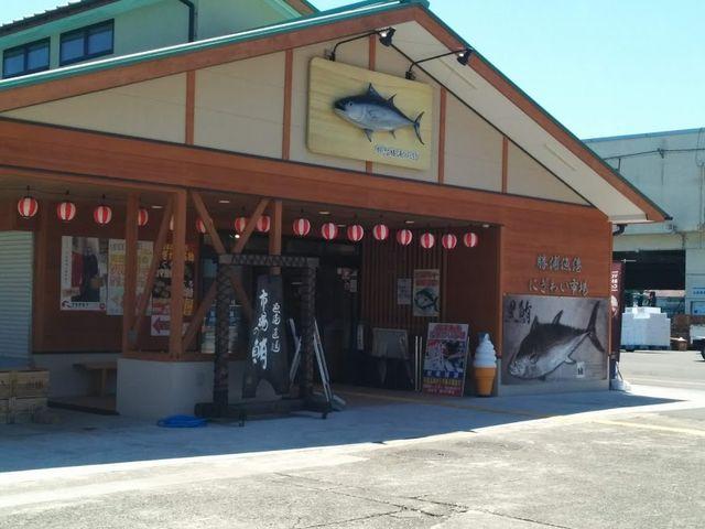 漁港横のにぎわい市場です_勝浦漁港