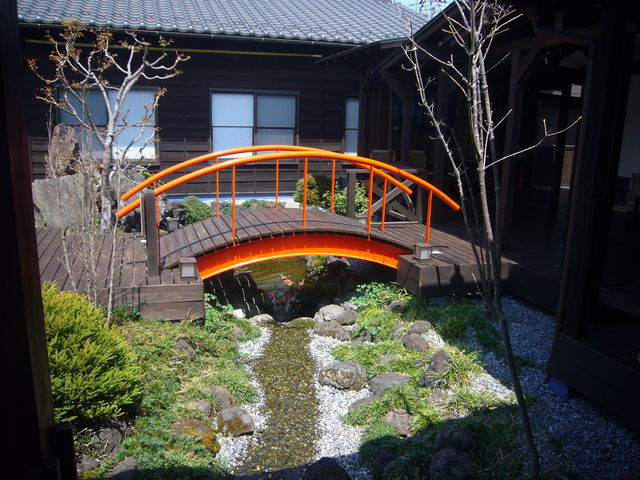 中庭の赤い橋_天然自家源泉 星音の湯