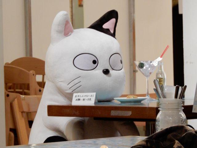 テーブル席に座るこたつねこ_池袋パルコ