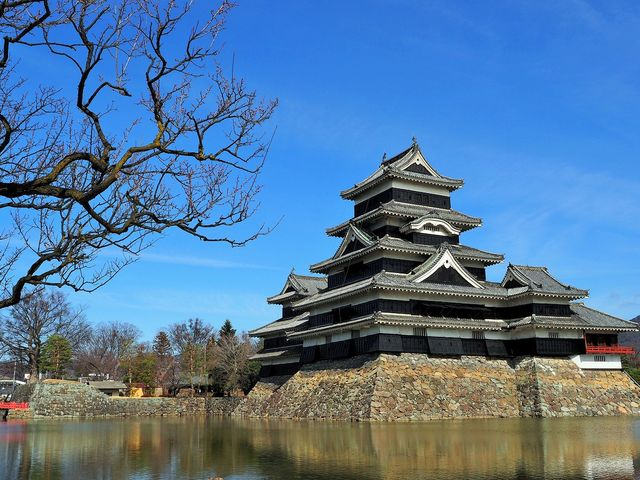 青空に映える松本城_松本城のお濠