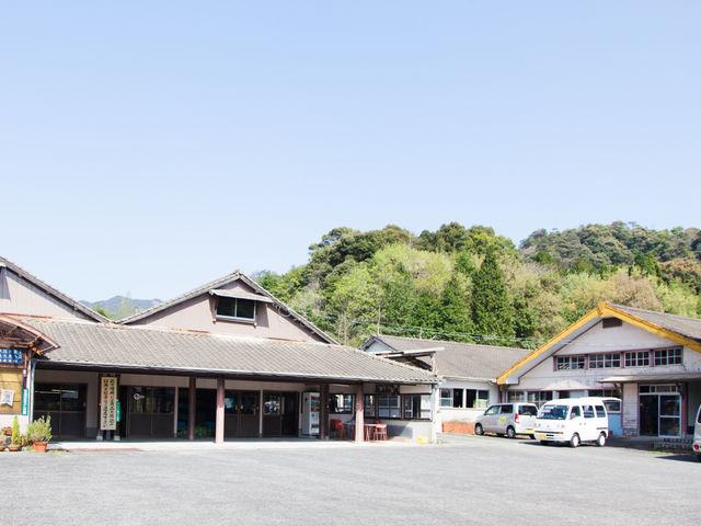 画像左の建物が工場。右の建物が蔵と、WorkShop受付の幸楽会館があります。_幸楽窯 徳永陶磁器(株)