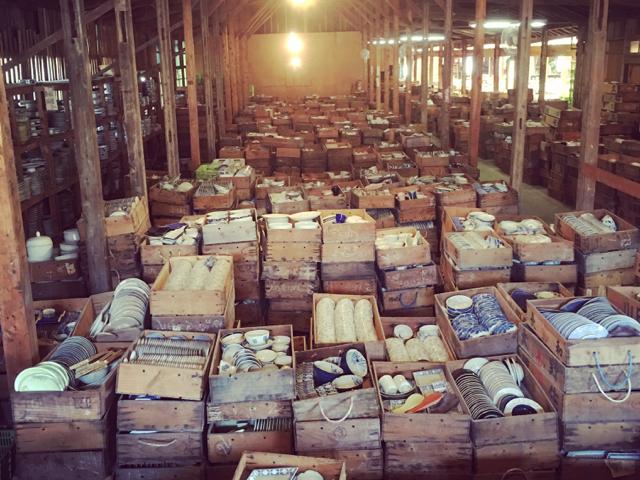 蔵には昭和時代からの膨大な商品ストックが!通年通して、有田陶器市を体感できます。_幸楽窯 徳永陶磁器(株)