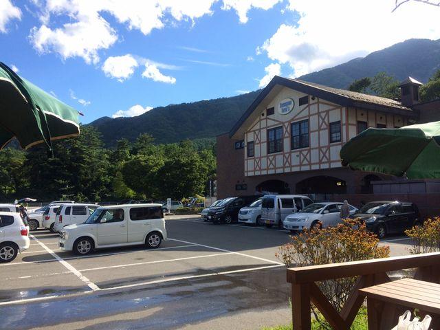駒ヶ根ファームスの駐車場から素敵な山並みが見えます。菅の台バスセンターのすぐ側です。_駒ヶ根ファームス