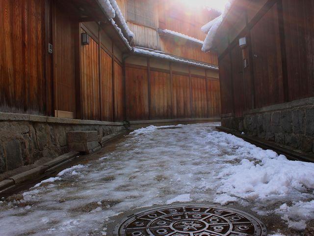 板塀と石畳と残雪と あえて逆光で小路に降り注ぐ陽射しを捕えてみた。_石塀小路