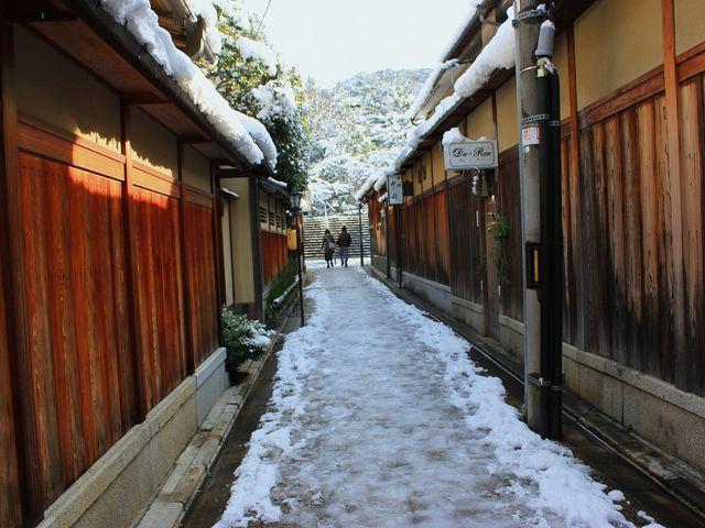 石塀小路に雪が残ってるだけで感動♪_石塀小路