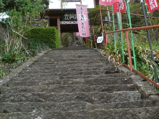 ちょっと階段はきついです。_龍洞山宝蔵寺