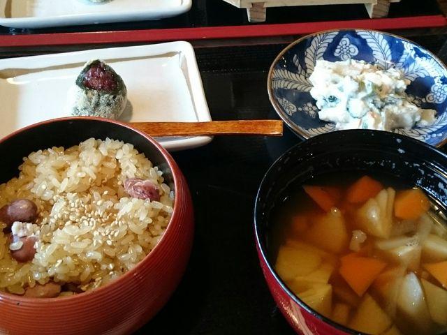 長岡名物の醤油赤飯はもちもち!のっぺ、白和え、笹団子付き。_江口だんご本店