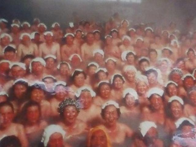青森県・酸ヶ湯温泉・ヒバ千人風呂(券売機の上の写真より)_酸ヶ湯温泉