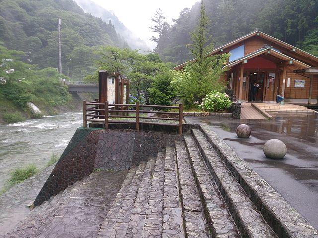 青石の色が川底に広がる静かな山の中の温泉とレストラン_道の駅 木の香 木の香温泉