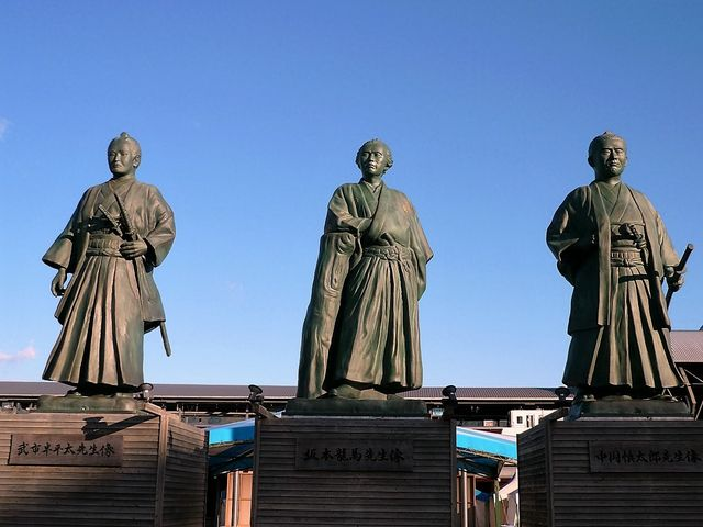 JR高知駅前。中身は発砲スチロールなので、台風が来ると避難します。 _坂本龍馬の銅像