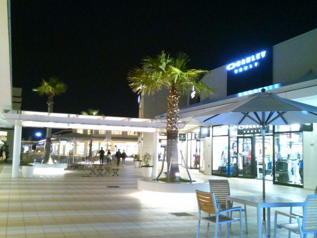夜になるにつれてライトアップが綺麗に。_三井アウトレットパーク 木更津