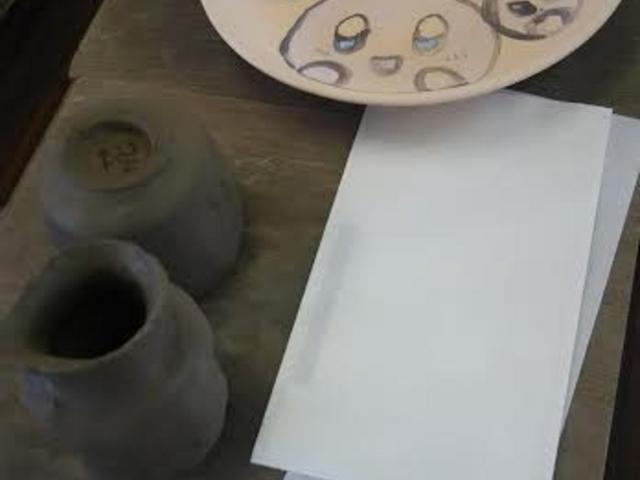 上から絵付けした大皿、湯飲み、一輪挿し_寒風陶芸会館